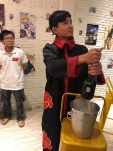 プノンペンのコスプレカフェで、 開店祝いのシャンパンを開ける件