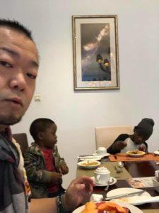 ザンビアの男の子と一緒に朝食を取る件