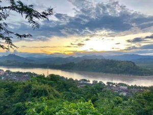 ルアンパバーンの町を見渡せる丘から、  メコン川越しに沈む夕陽を臨む件