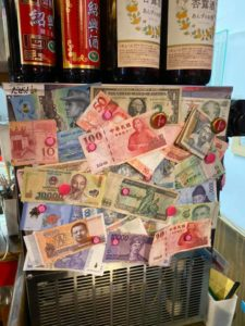 近所の行きつけの店に25か国の紙幣を寄贈してみた件